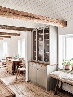 elsass: ELLENIN SHAKERTYYLINEN KEITTIÖ Swedish Farmhouse, Farmhouse Style Kitchen, Modern Farmhouse Kitchens, Country Kitchen, Home Kitchens, Farmhouse Decor, American Farmhouse, Galley Kitchens, Farmhouse Renovation