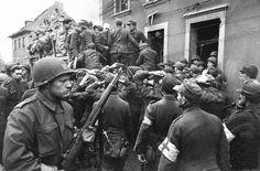 Des POWs allemands sont embarqués dans un camion sous la surveillance de soldats US | by ww2gallery