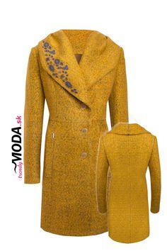 Štýlový vlnený žltý dámsky zimný kabát so šálovým límcom a ručne robenou aplikáciou v dĺžke po kolená. Kabátik je veľmi elegantný,precízne vypracovaný, mierne priliehavého strihu.Dĺžka kabátu je 91…
