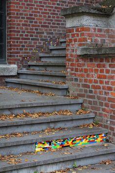Desde 2007, o artista Jan Vormann viaja ao redor do mundo para restaurar muros quebrados e arquiteturas desgastadas usando blocos de LEGO.