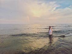 Осеннее море особенное, спокойное, без суеты. Как будто совершенно в другой мир попадаешь, так и тянет на размышления о жизни, о прошлом, настоящем и планах на будущее.