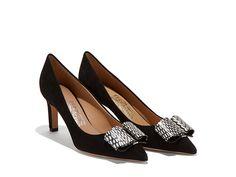 Escarpin élégant et raffiné. Des vagues délicates associées avec une fine plaque métallique créent un nouveau nœud féminin, qui confère à la chaussure une personnalité unique. Collection AH 2016