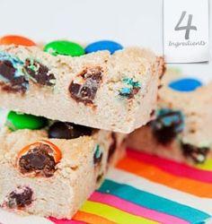 4 Ingredients easy M&M slice Pavlova, Preschool Cooking, Graham Cracker Cookies, 4 Ingredient Recipes, Aussie Food, Easy Sweets, Afternoon Snacks, 4 Ingredients, Tray Bakes