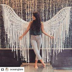 Macrame angel 👼 is taking us to a whole new level! Diy Macrame Wall Hanging, Macrame Art, Macrame Design, Macrame Projects, Macrame Knots, Macrame Jewelry, Macrame Modern, Schönheitssalon Design, Micro Macramé