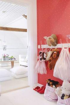 UNA CAMERETTA A POIS - Design Therapy Childrens Room Decor, Kids Decor, Home Decor, Blog Da Carlota, Dress Up Area, Interior Walls, Interior Design, Dress Up Storage, Polka Dot Walls