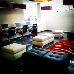 Disfruta de la comodidad que ofrece nuestro Business Center. Un lugar perfecto para un domingo como éste.. #HotelConvención #MéridaVenezuela #Déjeseconsentir Merida, Couch, Boutique, Furniture, Home Decor, Domingo, Homemade Home Decor, Sofa, Sofas