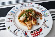 Les chipirons (ou petits calamars) font parti des éléments incontournables de la cuisine basque. Abondant sur les côtes basques, les chipirons se cuisinent de plusieurs façons. Une des plus simple …