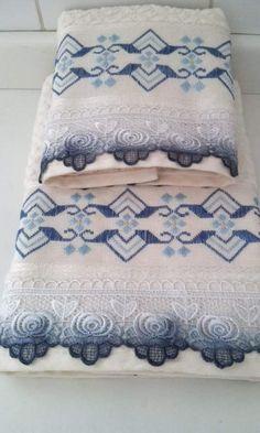 Toallas Bordadas A Mano Home Crafts, Diy And Crafts, Arts And Crafts, Hardanger Embroidery, Embroidery Patterns, Tailor Shop, Swedish Weaving, Blackwork, Bed Pillows