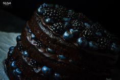 Čokoládový korpus, čokoládová ganache, borůvky a ostružiny. Kombinace, která mě jednoduše dostala! A dostane i vás! Navíc, příprava je opravdu jednoduchá :-)