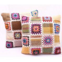 Capa de almofada formada por quadros de tecido e crochê. A autêntica tradição da colcha de retalhos revisitada. http://www.ekochik.com/loja/decoracao/214-capa-de-almofada-de-tecido-e-croche.html