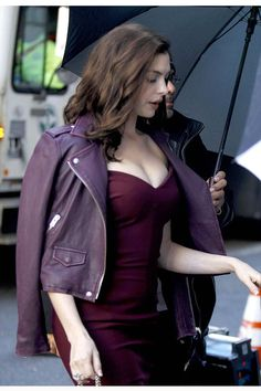 Ocean's 8 Anne Hathaway Purple Leather Jacket Anne Hattaway, Purple Leather Jacket, Looks Kylie Jenner, Best Leather Jackets, Beautiful Celebrities, Hollywood Actresses, Divas, Cool Outfits, Stylish Outfits