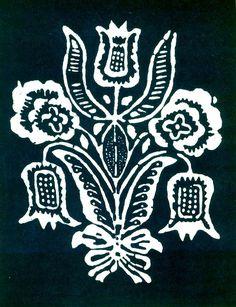 Tulipán v kytici. Vzor používaný v Liptovskej Lužnej na zástere. Výrobok modrotlačiarskej dielne v Starej Ľubovni, 1950. Prevzaté z Vydra, J.: Modrotlačiarstvo na Slovensku, obr. 116