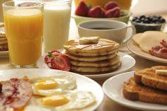 ¿Quieres disfrutar de un desayuno como los que ves en la televisión? Estás de suerte porque hoy te mostraré cómo hacer un desayuno americano con las recetas más populares en Estados Unidos para que hagas un desayuno de película. Elige las que más te gusten o prepara todas.Sandwiches de huevo y tocino crujienteH