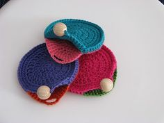 cute button-up idea for these colorful little crochet purses! - This is very inspirational and so easy to make!! To decline in all the colors of the rainbow;-)