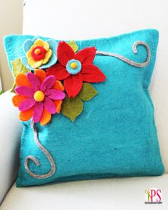 DIY Felt Flowers - Positively Splendid {Crafts, Sewing, Recipes and Home Decor} Felt Diy, Handmade Felt, Felt Crafts, Felt Flower Pillow, Felt Pillow, Sewing Pillows, Diy Pillows, Throw Pillows, Cushions
