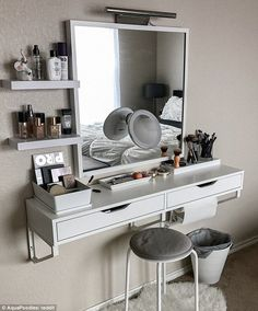 Best elegant small bedroom design ideas with stylish, art touching, and clean design. Small bedroom is best choice for your home with small space. Vanity Room, Small Bedroom Vanity, Bedroom Makeup Vanity, Vanity Decor, Mirror Vanity, Vanity Set Up, Bedroom Vanities, Makeup Table Vanity, Vanity Bathroom
