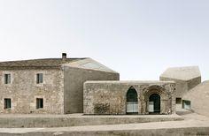 La característica fundamental del diseño reside en la zona fronteriza donde el edificio se ubica, junto a las antiguas murallas de Roa de Duero y en el borde de la ciudad, entre lo artificial y la naturaleza, entre la ciudad y el paisaje.