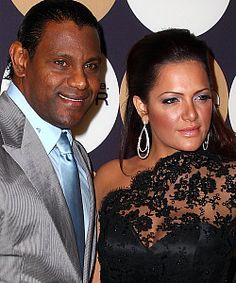 From 1989 to 2007, the Dominican player, Sammy Sosa, played with four MLB teams as right fielder and became one of the league's best hitters. In 1998, he squared off with Mark McGwire in a neck-and-neck competition to break Roger Maris' home run record, but his real milestone came, in spite of his past controversies, when he hit his 600th career homer, making him the fifth player in MLB history to do so.