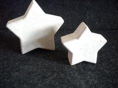 Zwei Beton Sterne in unterschiedlicher Größe, zur Deko in der Advents- und Weihnachtszeit.