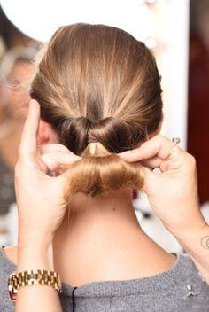 stap 2 haar kapsel snel Trendfrisuren Baby trend, akkurater Mittelscheitel oder This particular language Unique Hairstyles, Bun Hairstyles, Pretty Hairstyles, Classy Updo, Beautiful Hair Color, Hair Blog, Grey Hair, Updos, Hair Care