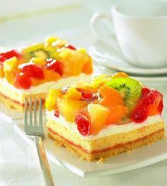 Ein Obstkuchen vom Blech mit einer Buttercreme