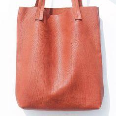 cartera-carteras-carteras de cuero-carteras de moda- carteras Peru-carteras Lima- carteras en oferta-handbags-bags-fashion bags-leather bags-PLUMSHOPONLINE.COM - Disfruta el lujo de una cartera hecha en puro cuero de vaca ALEXA  Consíguela AHORA en la tienda online de PLUM con envío GRATIS e inmediato: http://ift.tt/2w084YP