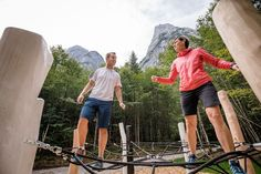 Im mystischen Kaiserbachtal befindet  sich der Schnackler Erlebnisweg und die Outdoor Gallery. Dieser Kinderwagen gerechte Weg ist ca. 3 km lang und leicht zu bewältigen. Verschiedene Spielestationen laden zum Ausprobieren ein und Einkehrmöglichkeiten bei der Griesner Alm und Fischbach Alm sind auch gegeben. Fischbach, Kaiser, Tour, Running, Sports, Outdoor, Interactive Map, Ski Resorts, Kids Wagon