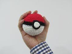 ¡Están apareciendo Pokémons por nuestra tienda! Pero estamos preparados con nuestra Pokeball para capturarlos. Os dejamos el patrón gratuito en el blog para que os hagáis la vuestra http://www.misskits.com/blog/Pokeball-Amigurumi