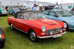 #Peugeot #404 #Cabriolet au salon Auto Moto Retro de Rouen. Reportage complet : http://newsdanciennes.com/2015/09/28/grand-format-auto-moto-retro-de-rouen/ #Cars #Vintage #Classic_Cars