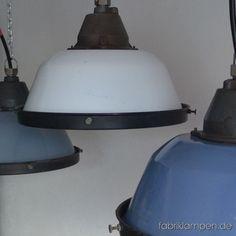 Alte Emaillelampen mit Schutzgitter und Glas. Wir haben diese Lampen in drei Hauptfarben (grau, blau, weiss) und in einigen Durchgangs-Farbtönen auf Lager.