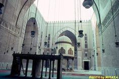 スルタン・ハッサンモスクの中庭  『AROUND THE WORLD by MOTO』より