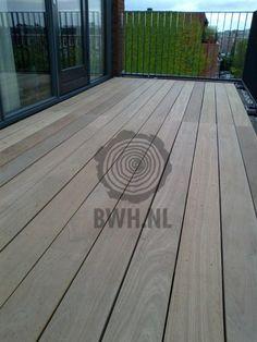 Terras van gladde hardhouten vlonderplank van 28 mm dikte en 19 cm breedte. Deze extra brede terrasdelen zijn geheel glad geschaafd.  Gadero productnr: DV2545-28-190