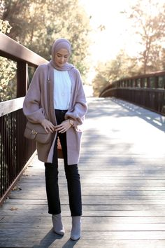 How to dress smart casual in winter with hijab – Just Trendy Girls Smart Casual Outfit, Casual Hijab Outfit, Casual Outfits, Modest Outfits, Street Hijab Fashion, Muslim Fashion, Modest Fashion, Winter Outfits For Work, Winter Fashion Outfits
