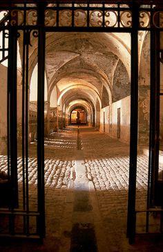 Figueres - Castell de Sant Ferran: El castillo de San Fernando de Figueres se encuentra situado sobre una colina, cerca de la llanura ampurdanesa. Son muchos los visitantes que recorren diariamente el camino de ronda del castillo mientras disfrutan de una panorámica extraordinaria. Las visitas al monumento se agrupadan en dos partes independientes y complementarias: unas por el recinto interior, y las otras por el exterior y los espacios subterráneos, a cargo de un guía monitor.