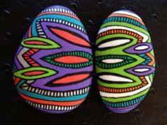 130, Les inséparables, galets peints à l'acrylique aux couleurs vives et multicolores, rouge, bleu, violet, blanc