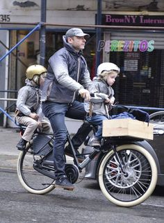 Liev Schreiber and family on a WorkCycles Fr8