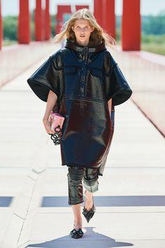 Louis Vuitton Resort 2022 Fashion Show | Vogue Vogue Fashion, Fashion 2017, Spring Fashion, Fashion Beauty, Fashion Show, Fashion Looks, Womens Fashion, Paris Fashion, Luxury Fashion