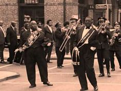 Vintage photo of the unique tradition of the New Orleans jazz funeral marching bands by photographer Luke Fontana (native New Orleanian) Allen Toussaint, Dixieland Jazz, Funeral March, Musica Salsa, New Orleans Music, Blue Song, Louis Armstrong, Jazz Blues, Saint James
