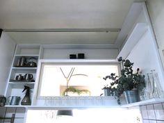 広くないキッチンの小さい壁一面に棚をDIY