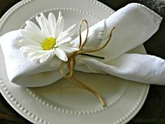 Easter Brunch Table Ideas Daisies & twine on your Easter table. Brunch Mesa, Brunch Table, Dinner Table, Brunch Party, Easter Table Settings, Wedding Table Settings, Setting Table, Elegant Table Settings, Place Settings