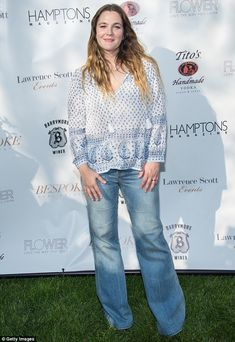 Drew Barrymore looks hippie chic in paisley-print top and flared jeans for Hamptons Magazine Memorial Day Soiree Drew Barrymore Style, Drew Barrymore 90s, Barrymore Family, Looks Hippie, Old Actress, Night Looks, Hippie Chic, Paisley Print, The Hamptons