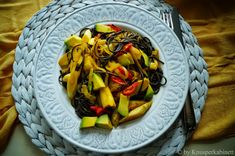 vegane schwarze Nuudeln an scharfer Kokos-Safran-Sauce mit gebratenem Spargel und Avocadowürfeln Tofu, Avocado, Vegan Fashion, Cabbage, Asian, Dishes, Vegetables, Recipes, Fried Asparagus