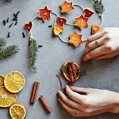Torkade apelsiner & fler julpynt med apelsin   ICA Buffé Pagan Christmas, Hygge Christmas, Merry Little Christmas, Christmas 2019, All Things Christmas, Christmas Presents, Vintage Christmas, Diy And Crafts, Christmas Crafts