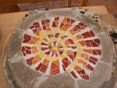 Ammonit-Trittstein aus Mosaik und Beton für den Garten