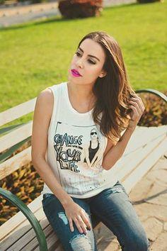 #FashionBySIMAN Una graphic t-shirt es siempre la opción perfecta en tu día a día, combínala con unos cómodos jeans.