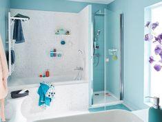 Une salle de bains avec douche et baignoire #Baignoire