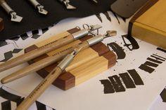 "Porta penas ""Max""   por Dreaming Dogs*****************Pen rest ""Max"" ____ www.dreamingdogs.com.br____ www.catarse.me/dreamingdogs_______________________________ #rulingpen #tiralinhas #tiralineas #calligraphy #caligrafia #ddrulingpens #calligraphytools"
