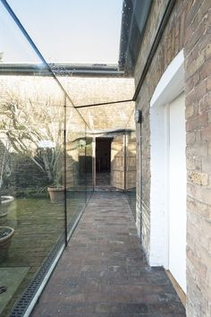 Crystal Clear - The glass walkway seamlessly joins the two buildings without encroaching on the original architecture Everything you need to know about seo or simple hire somebody to do it for you! Chalet Extension, Cottage Extension, Glass Walkway, Porches, Glass Extension, Glass Room, Breezeway, House Extensions, Glass House