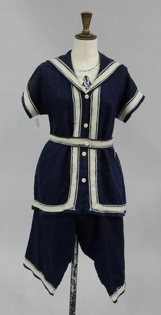 Costume de bain, vers 1900, en sergé de laine bleu marine ; composé d'une veste boutonnée à manches courtes, d'une ceinture et d'une culotte bouffante tombant sous le genou, parements en soutache, (acc, restaurations).