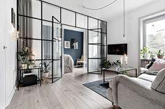 Стеклянная перегородка и синие акценты: интересный дизайн однокомнатной квартиры | Пуфик - блог о дизайне интерьера